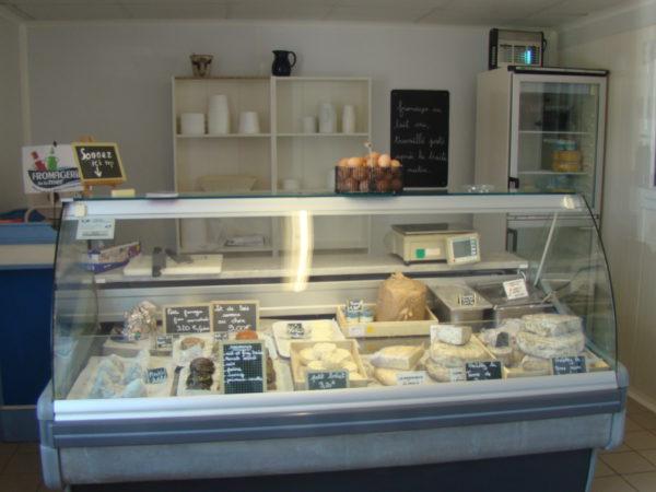 le circuit court privilégié de la ferme de Kérilio à la boutique de la fromagerie: traverser la route!