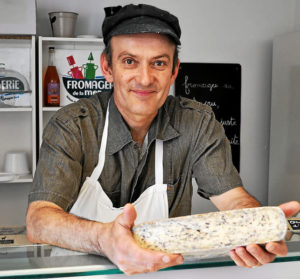Guillaume Chenot se lance régulièrement dans de nouvelles créations fromagères. La tome qu'il présente est composée de trois algues : la nori, la dulce et la laitue de mer. © Le Télégramme