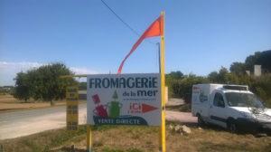 La flamme orange de la fromagerie de la mer route de Port Blanc