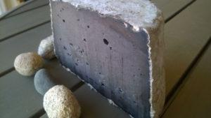 La Perle Noire à l'encre de seiche, fromage breton de la fromagerie de la Mer